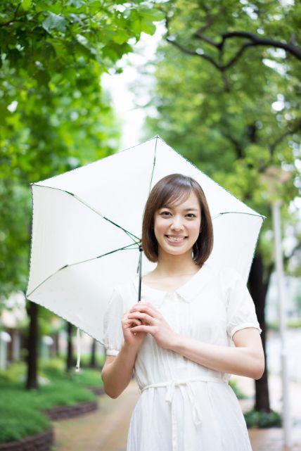 傷んでいるからまとまらない!雨の日に役立つ髪の湿気対策8つ
