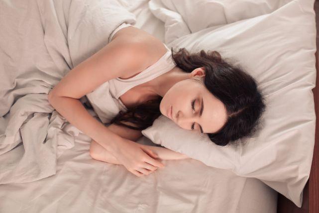 質の高い睡眠で育毛するためには、22時に寝るのがポイント!