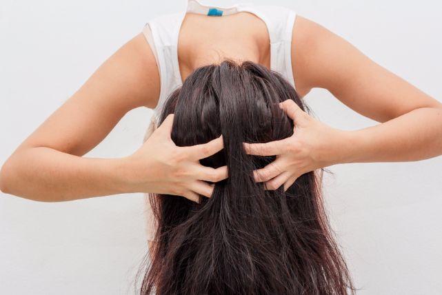 掻いちゃダメ!頭皮のかゆみが止まらない時のオススメ対処法