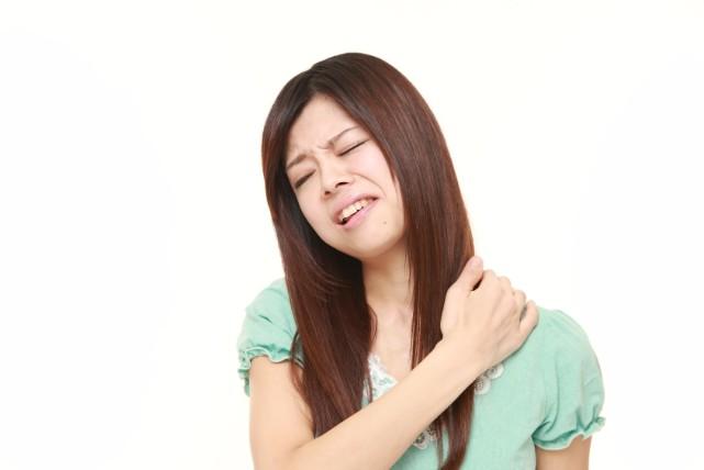 首が痛いのは意外なところが原因。寝違えをすっきり治す方法