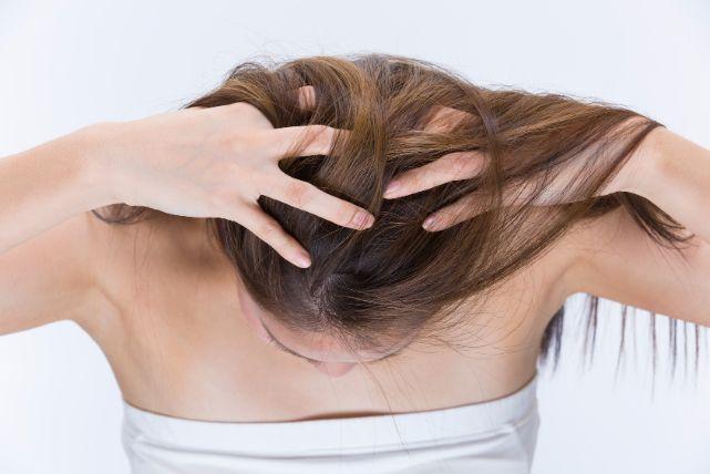 20代にも増加中の「抜毛症」。髪の毛を抜く癖を直す方法は?