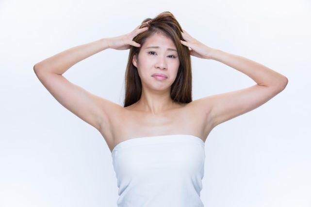 湿気や毛穴の歪みなど、様々な要因で起こる「髪のうねり」の3つの対策