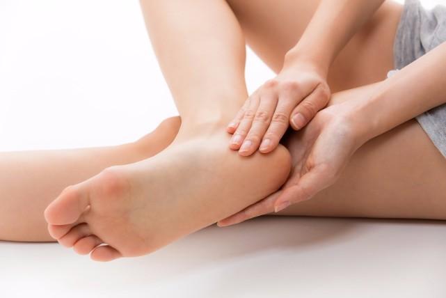 足裏がベットリして嫌な臭いもする方へ!足汗をかく原因と改善法